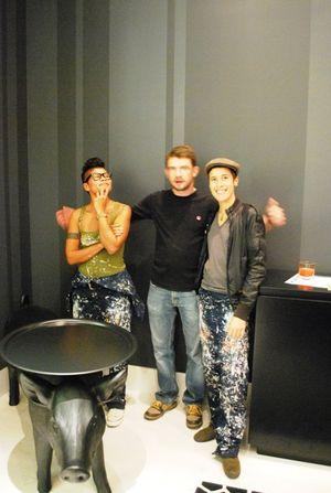 Sope Phang Raechel legakes Aaron three fingers