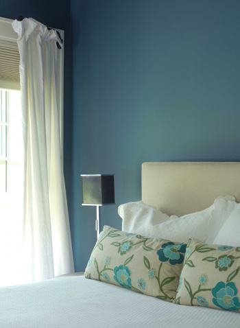 Blue_walls_in_bedroom_closeup