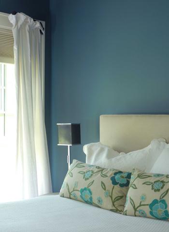 Blue_walls_in_bedroom_closeup